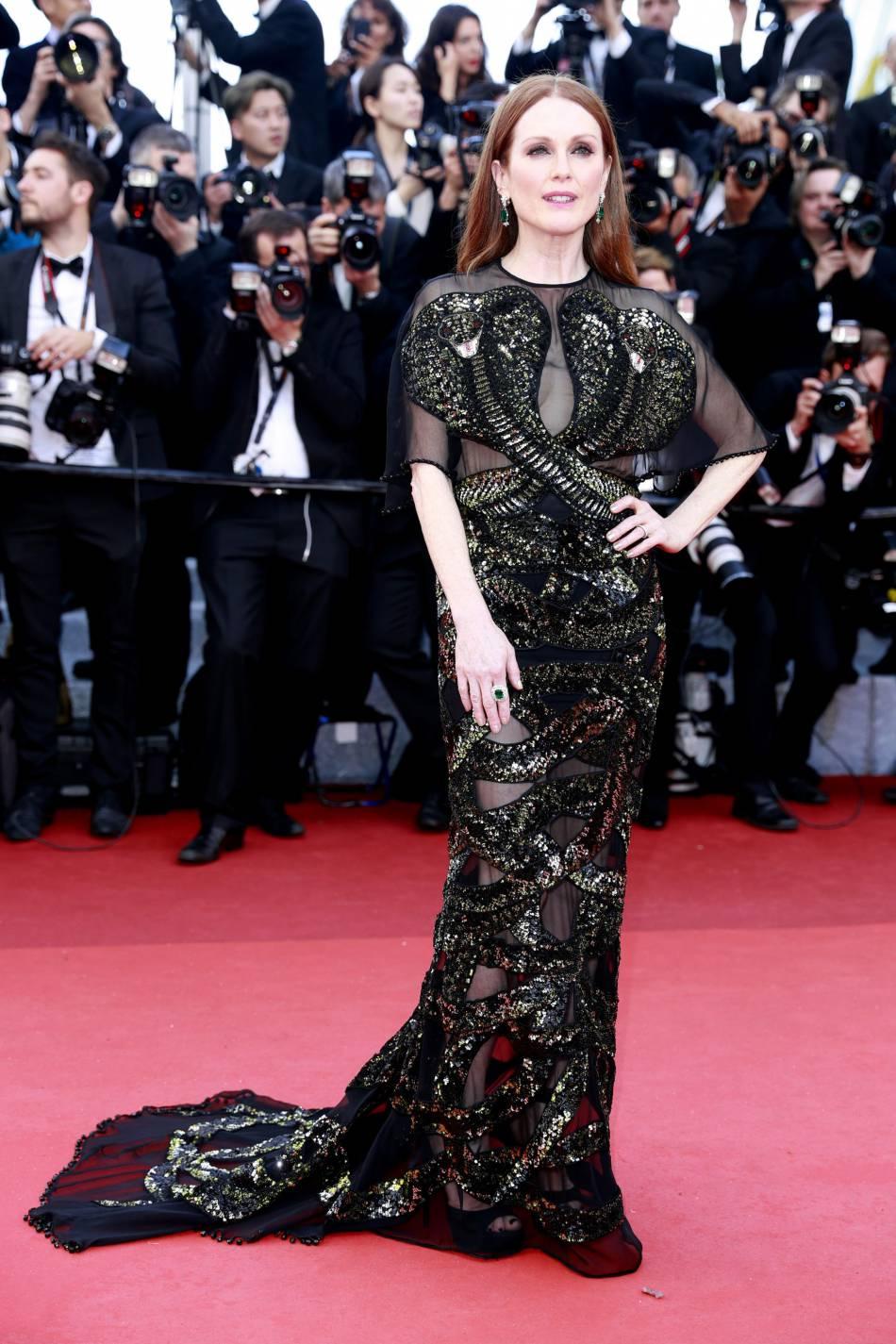 Julianne Moore, une égérié L'Oréal Paris qui joue la carte de la transparence chic à Cannes 2016.