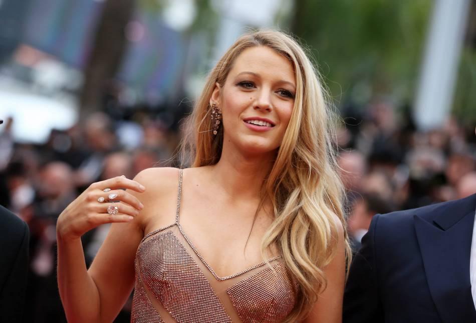 """Cannes 2016 : Blake Lively, superbe égérie L'Oréal Paris pour la montée des marches de """"Café Society""""."""