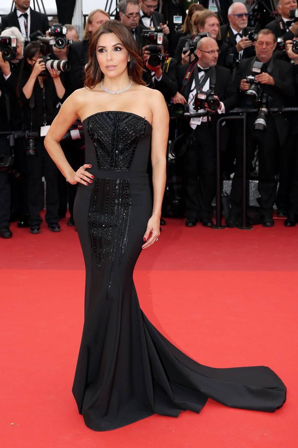 En robe bustier Pamella Roland (collection automne 2016), Eva Longoria a fait mouche au Festival de Cannes.