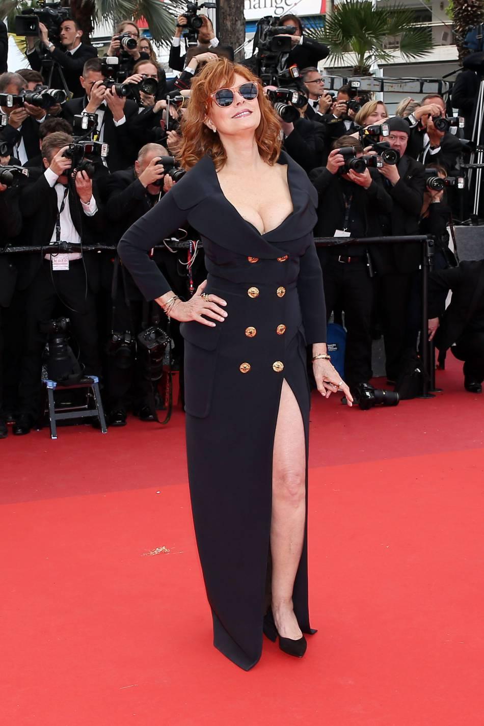 Dans sa robe Jean Paul Gaultier fendue et décolletée, Susan Sarandon enflamme la Croisette.