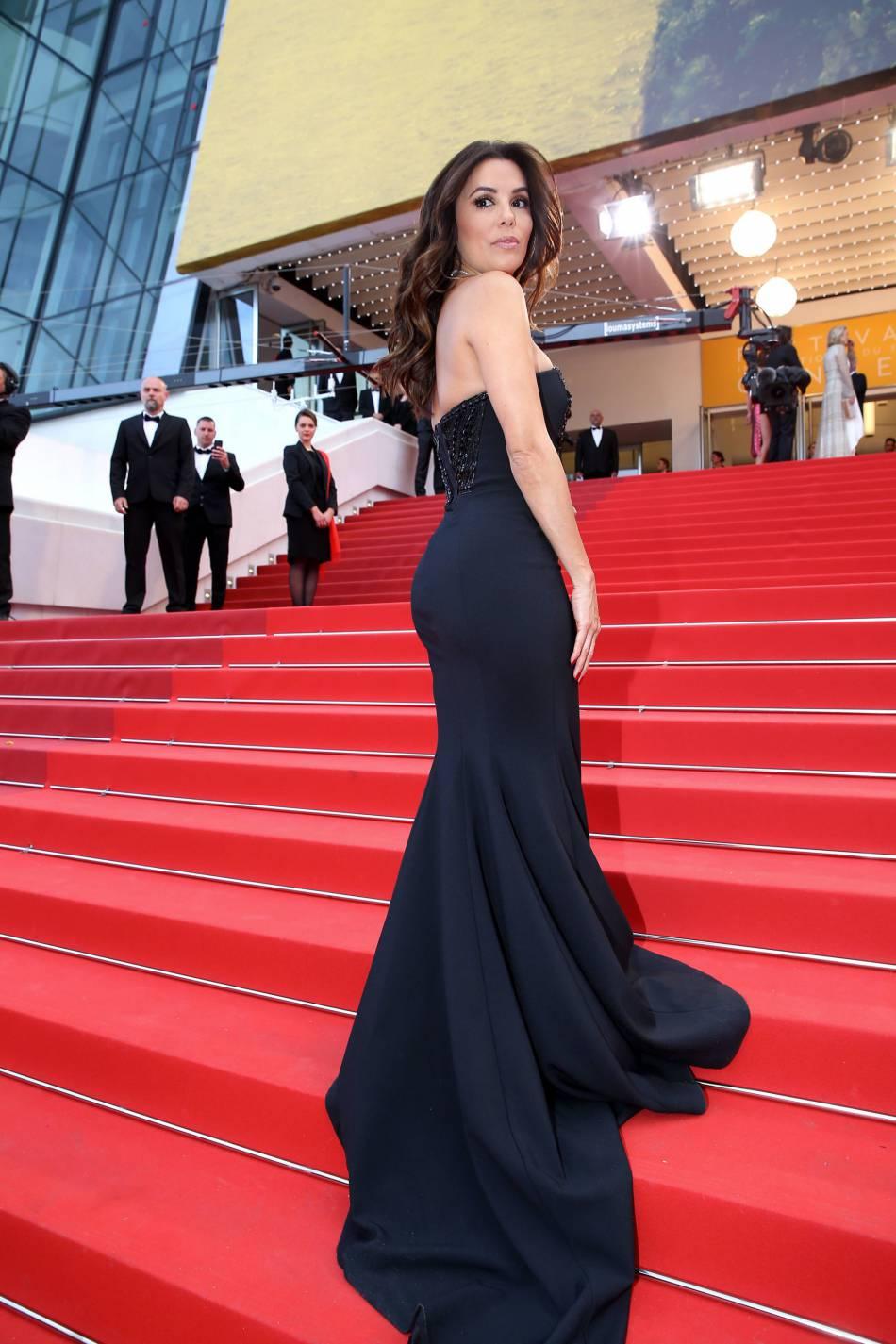 Cannes 2016 : Eva Longoria, une égérie L'Oréal Paris canon sur les marches du Palais des festivals.