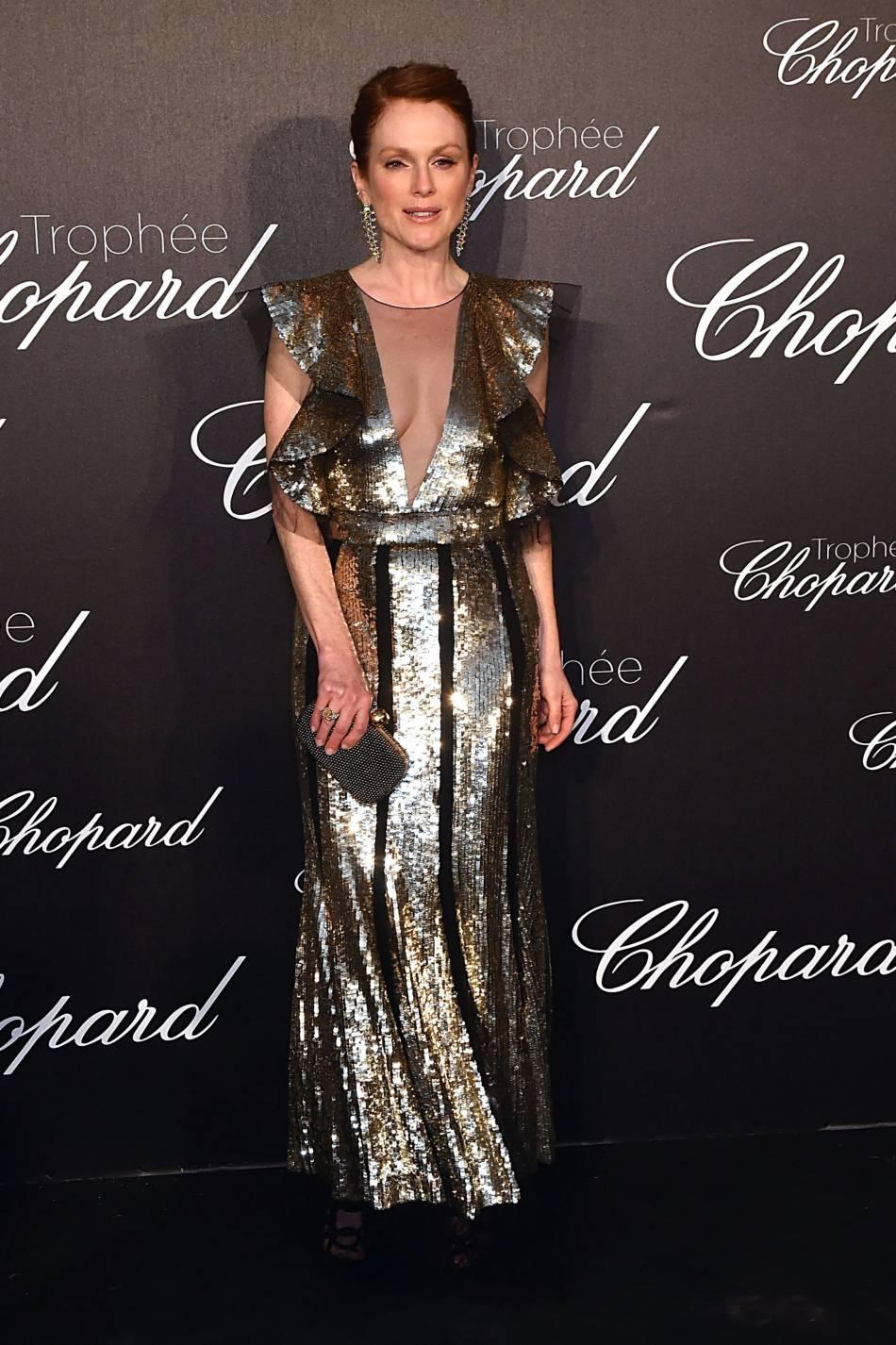 Lors de la soirée Chopard, Julianne Moore a misé sur la robe à sequins au décolleté XL.