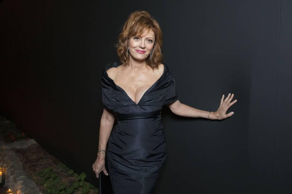Susan Sarandon : à 69 ans, la sexygénaire a multiplié les décolletés olé olé à Cannes.