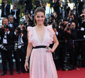 """Cannes 2016 : Barbara Palvin, beauté romantique lors de la montée des marches de """"Julietta"""", mardi 17 mai."""