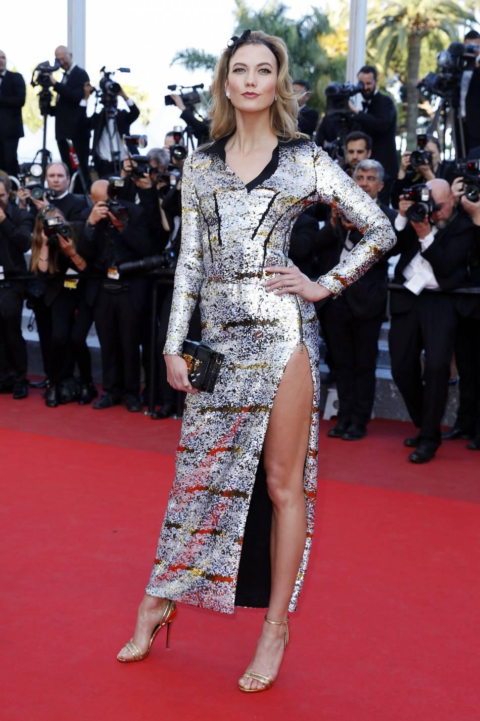 Ambassadrice L'Oréal Paris, Karlie Kloss a monté les marches du Festival de Cannes 2016 dans une robe fendue signée Louis Vuitton.