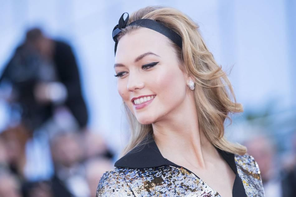 L'ambassadrice L'Oréal Paris affichait une mise en beauté délicieusement rétro pour accompagner sa tenue shinny.