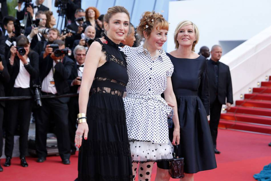 """Julie Gayet, Julie Depardieu et Chantal Ladesou pour la montée des marches du film """"La fille inconnue"""" lors du 69ème Festival International du Film de Cannes 2016. E lles seront toutes les 3 à l'affiche de la comédie """"C'est quoi cette famille"""" prévu le 10 août au cinéma."""