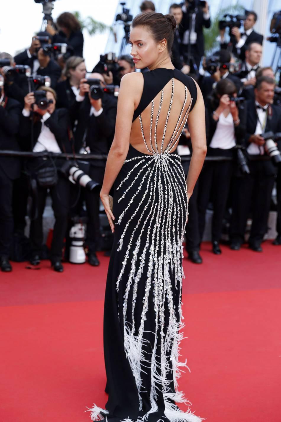 Irina Shayk, une égérie L'Oréal Paris sur la Croisette le 18 mai 2016.