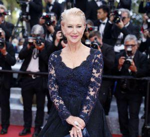 """Helen Mirren, très en beauté parée de bijoux Chopard pour la montée des marches du film """"La fille inconnue"""" lors du 69ème Festival International du Film de Cannes."""