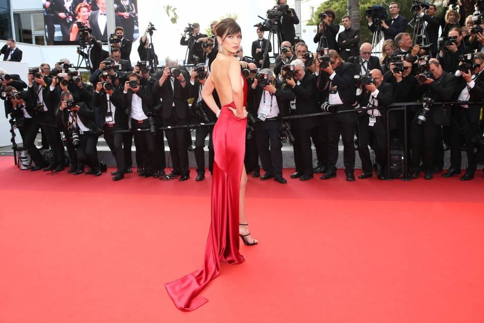 """Bella Hadid sur le tapis rouge du film """"La fille inconnue"""" lors du 69ème Festival International du Film de Cannes."""