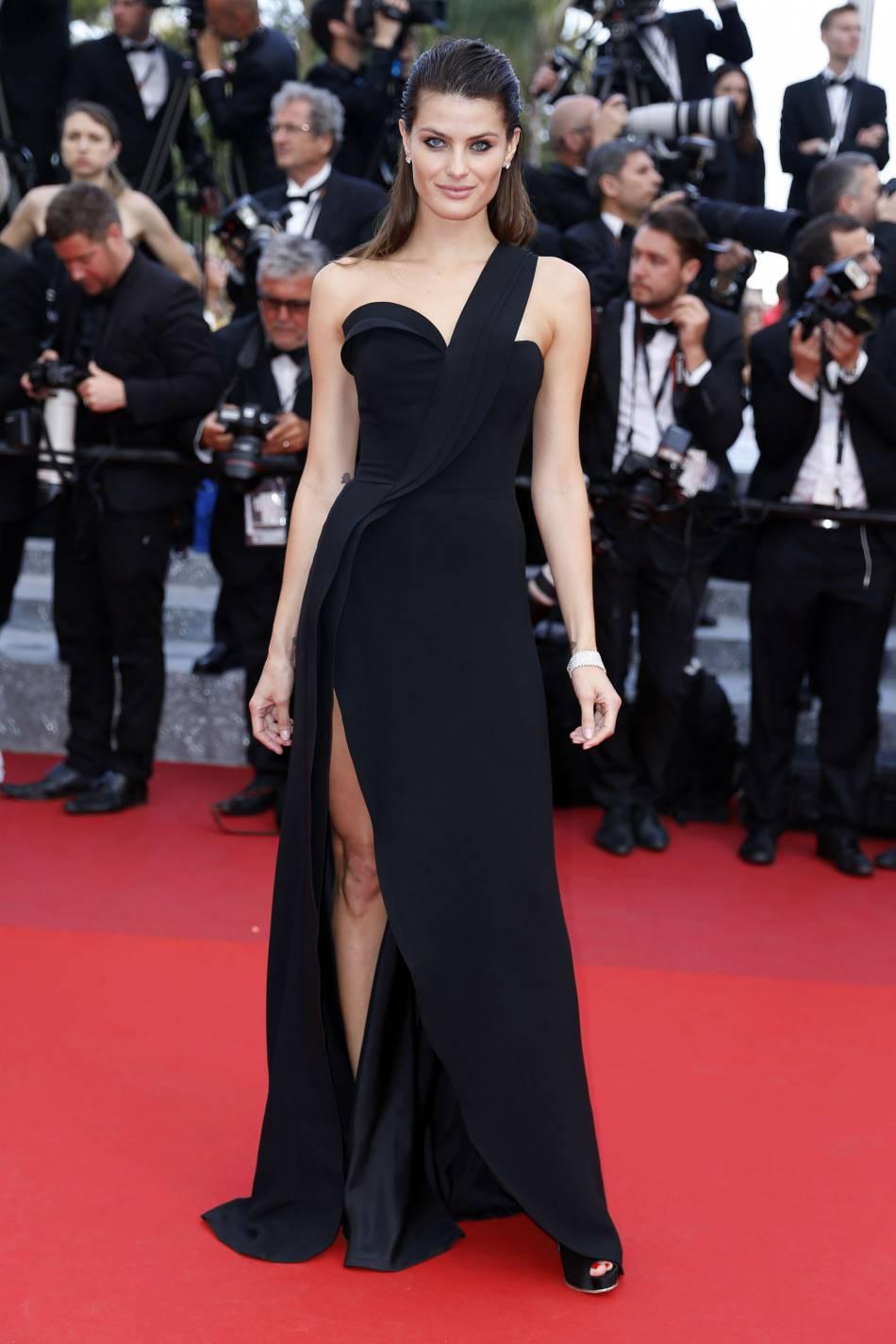 """Isabeli Fontana, beauté ténébreuse lors de la montée des marches du film """"La fille inconnue"""" lors du 69ème Festival International du Film de Cannes. L'égérie L'Oréal Paris était en robe Brandon Maxwell de la collection printemps-été 2016 et bijoux Chopard."""