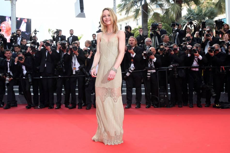 """Vanessa Paradis en Chanel pour la montée des marches du film """"La fille inconnue"""" lors du 69ème Festival International du Film de Cannes."""
