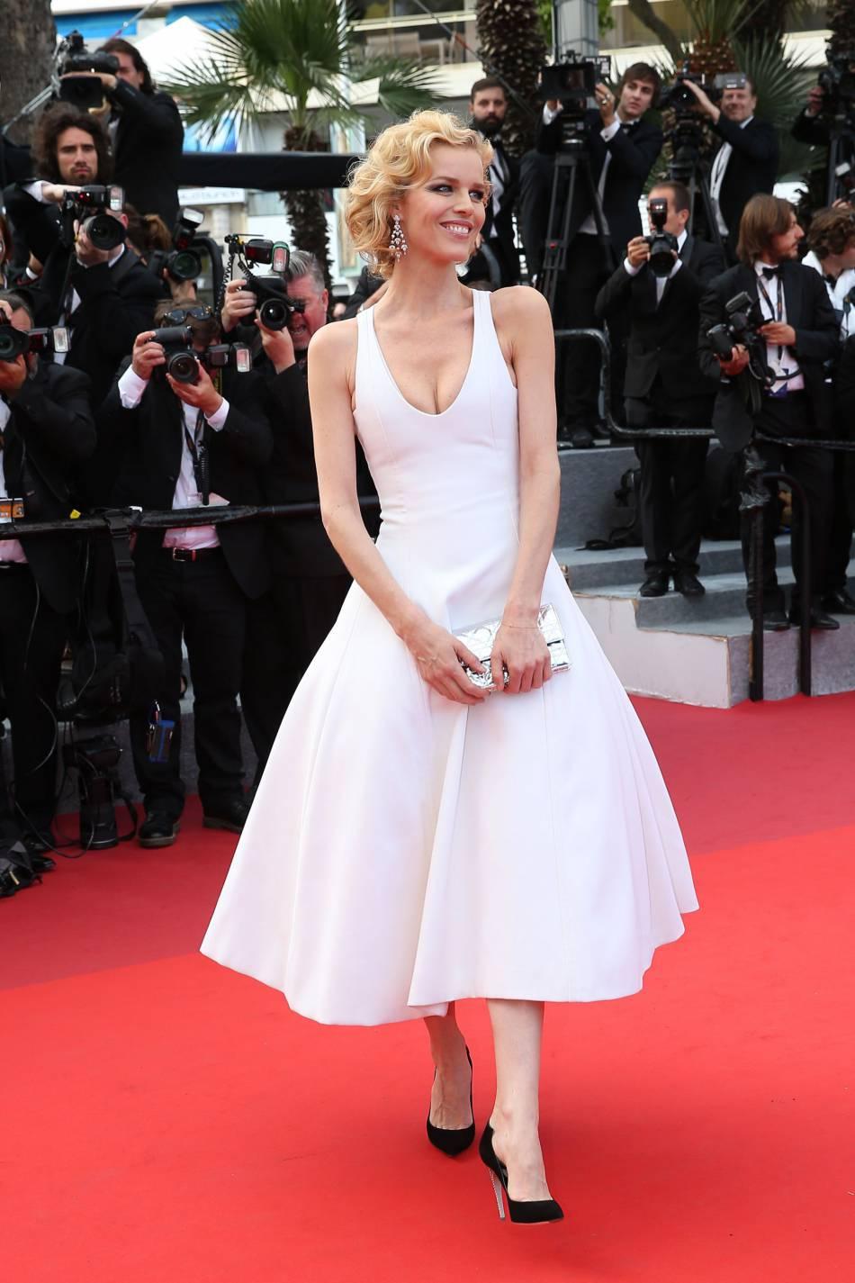 """Eva Herzigova a joué les Marilyn en Dior haute couture et bijoux Chopard lors de la montée des marches du film """"La fille inconnue""""."""