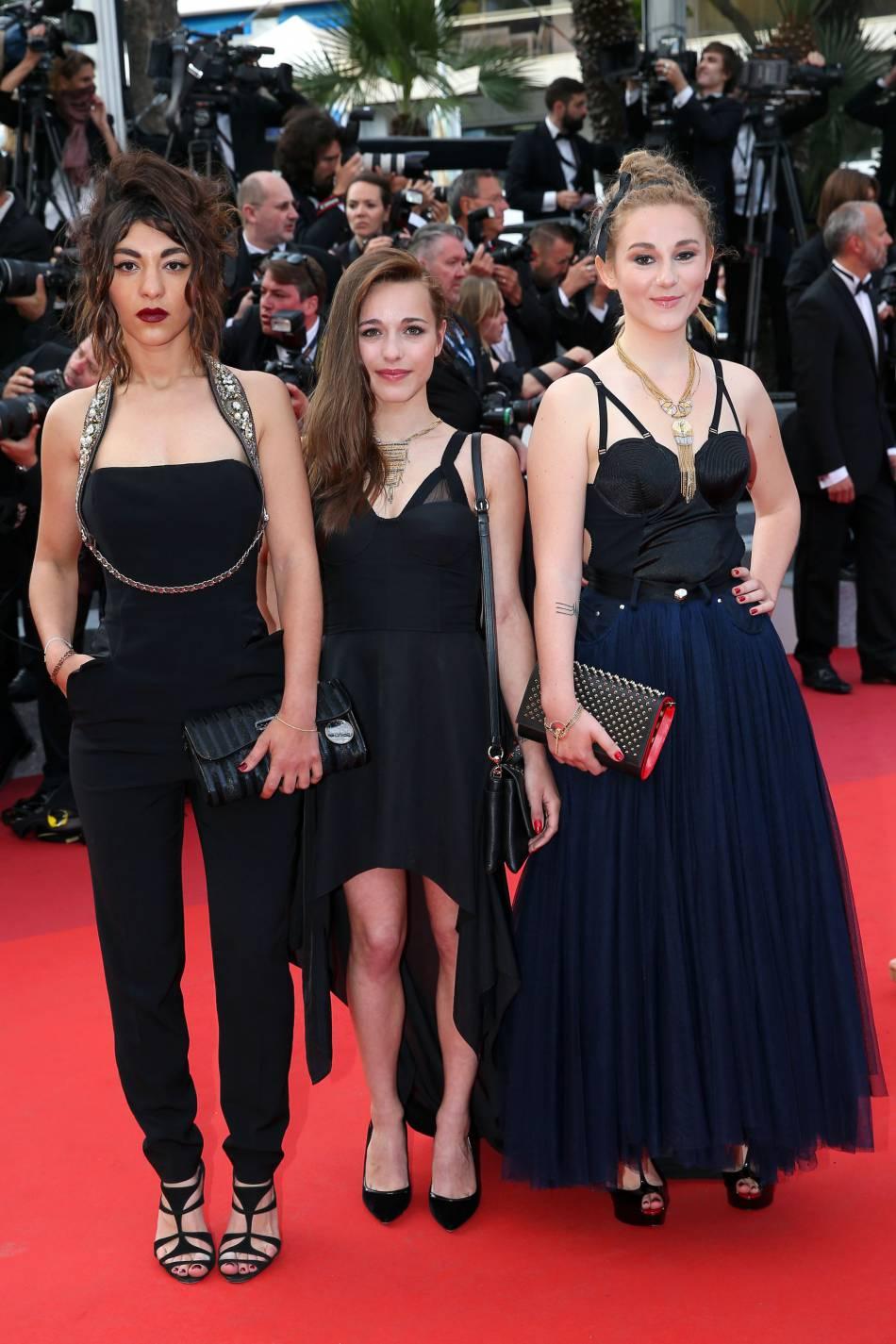 """Lucie, Elisa et Juliette du groupe LEJ (Elijay) à la montée des marches du film """"La fille inconnue"""" lors du 69ème Festival International du Film de Cannes."""
