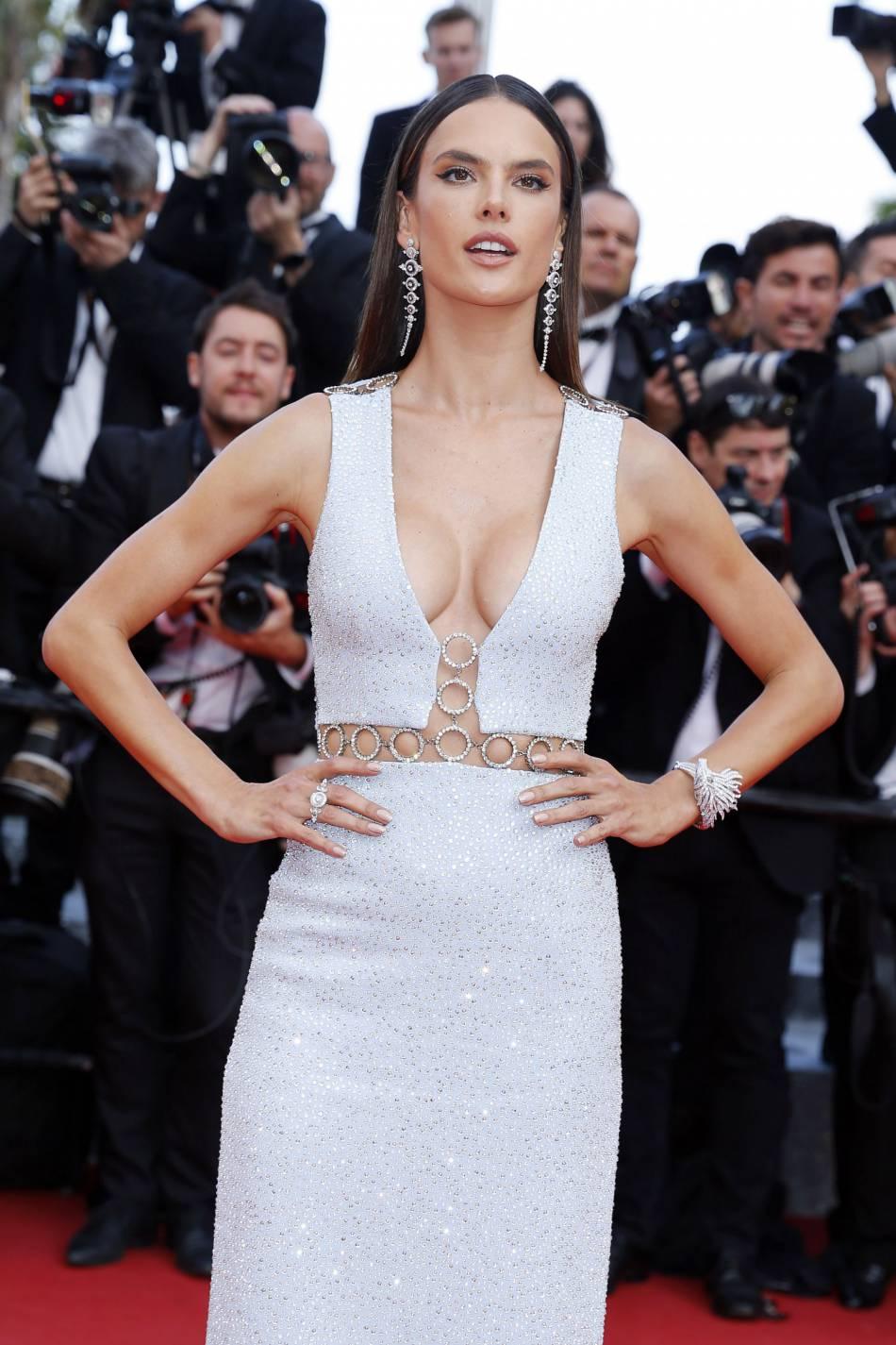 """Alessandra Ambrosio et son décolleté XL lors de la montée des marches du film """"La fille inconnue"""" lors du 69ème Festival International du Film de Cannes, le 18 mai 2016."""