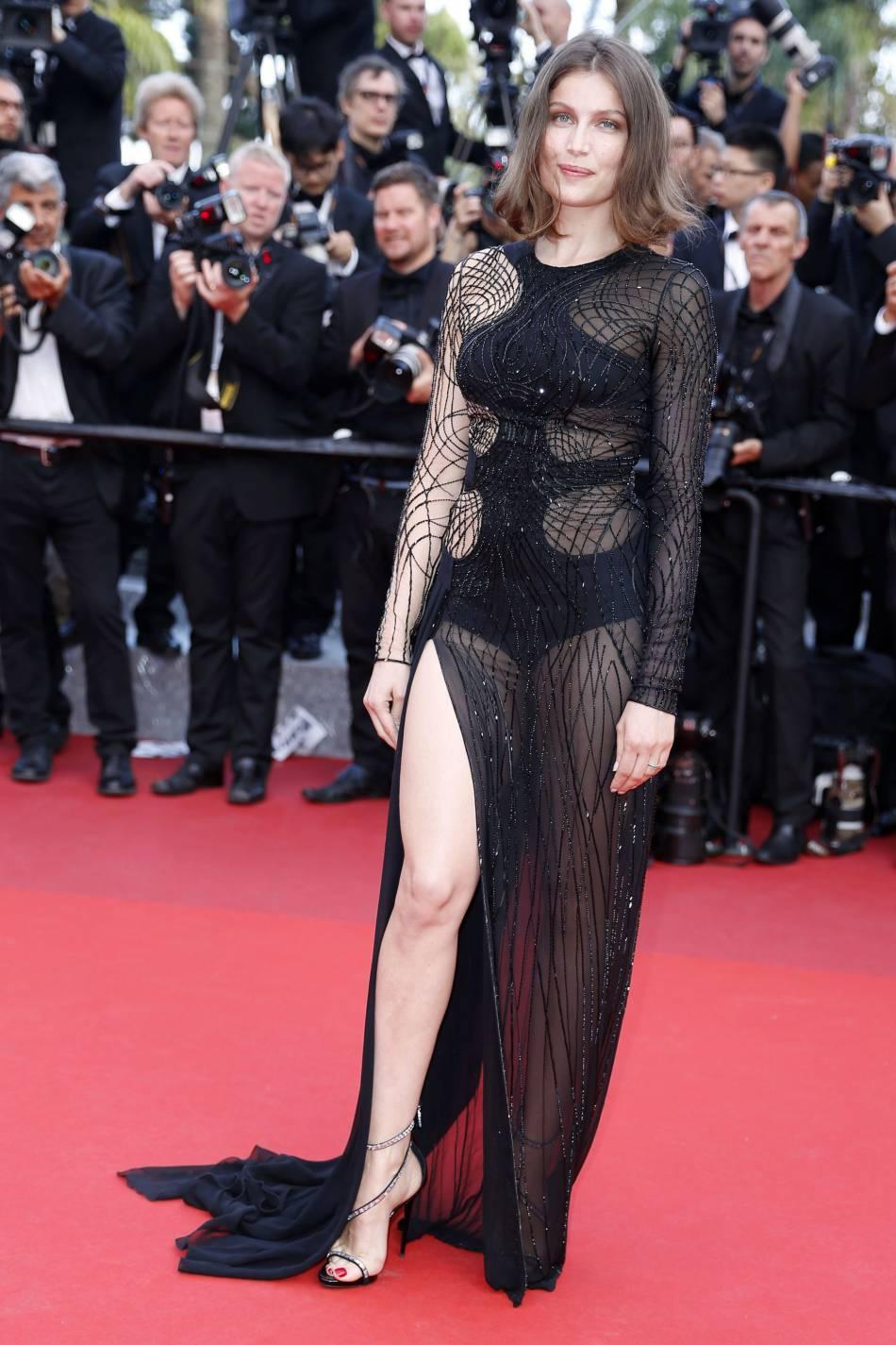 """Cannes 2016 : Laetitia Casta en Atelier Versace, sandales Giuseppe Zanotti et bijoux Chaumet lors de la montée des marches du film """"La fille inconnue"""", le 18 mai 2016."""