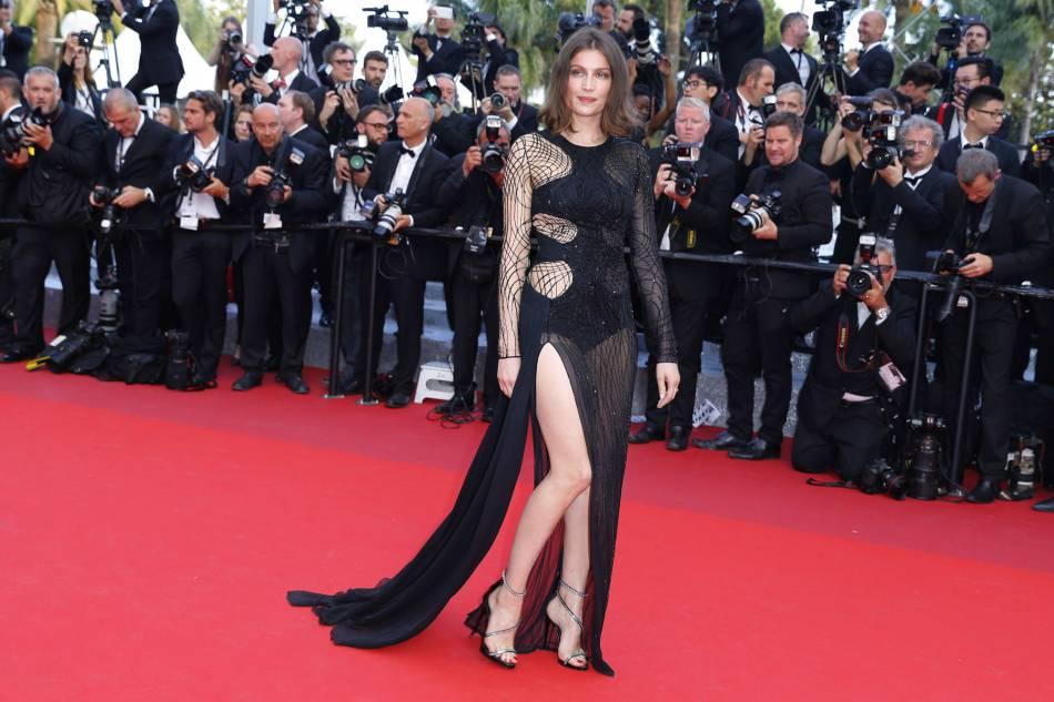 Laetitia Casta en Atelier Versace au Festival de Cannes 2016. L'ancien top a accessoirisé sa tenue de bijoux Chaumet.
