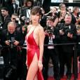 """Bella Hadid, follement audacieuse en Alexandre Vauthier, sandales Giuseppe Zanotti et bijoux De Grisogono lors de la montée des marches du film """"La fille inconnue"""", le 18 mai 2016."""