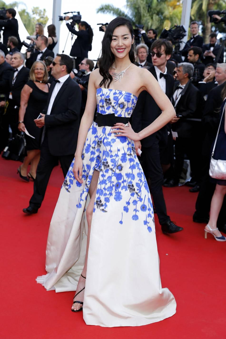 Liu Wen en Giambattista Valli, escarpins Gianvito Rossi et bijoux Boucheron à Cannes 2016.