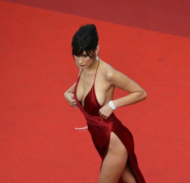 Bella Hadid monte les marches à Cannes le 18 mai 2016.