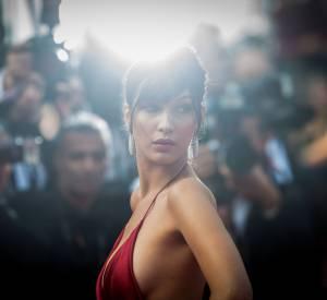 Bella Hadid monte les marches à Cannes.