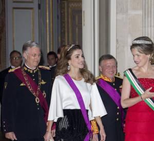 La reine de Jordanie portait une jupe Balmain lors d'un dîner officiel chez le roi et la reine de Belgique le 18 mai 2016 au château de Laeken.