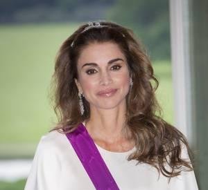 La reine de Jordanie couverte de diamants lors d'un dîner officiel chez le roi et la reine de Belgique le 18 mai 2016 au château de Laeken.