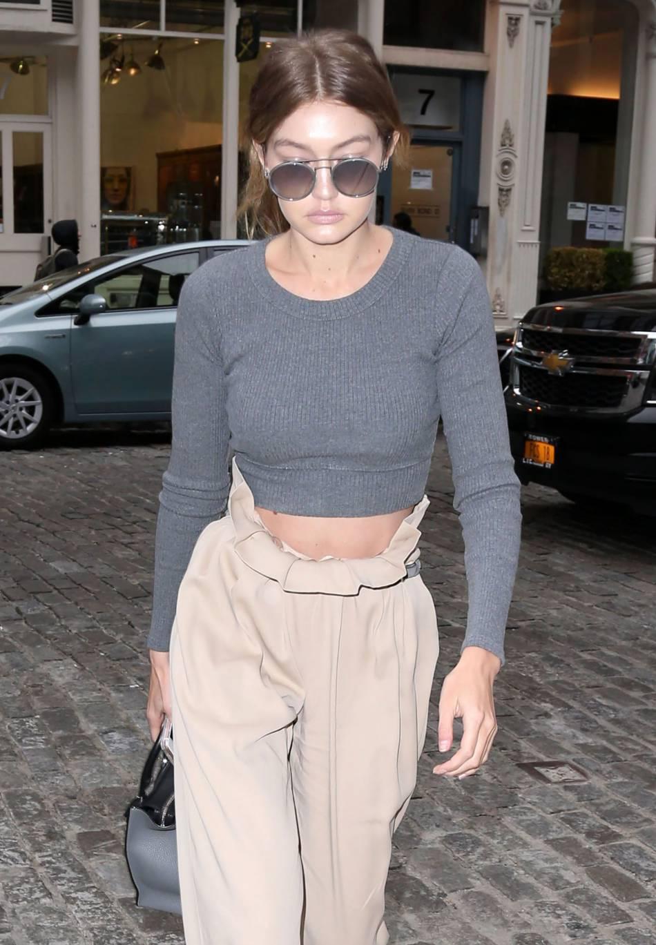 Gigi Hadid sexy et stylée, elle dégaine la jupe culotte rose poudrée.