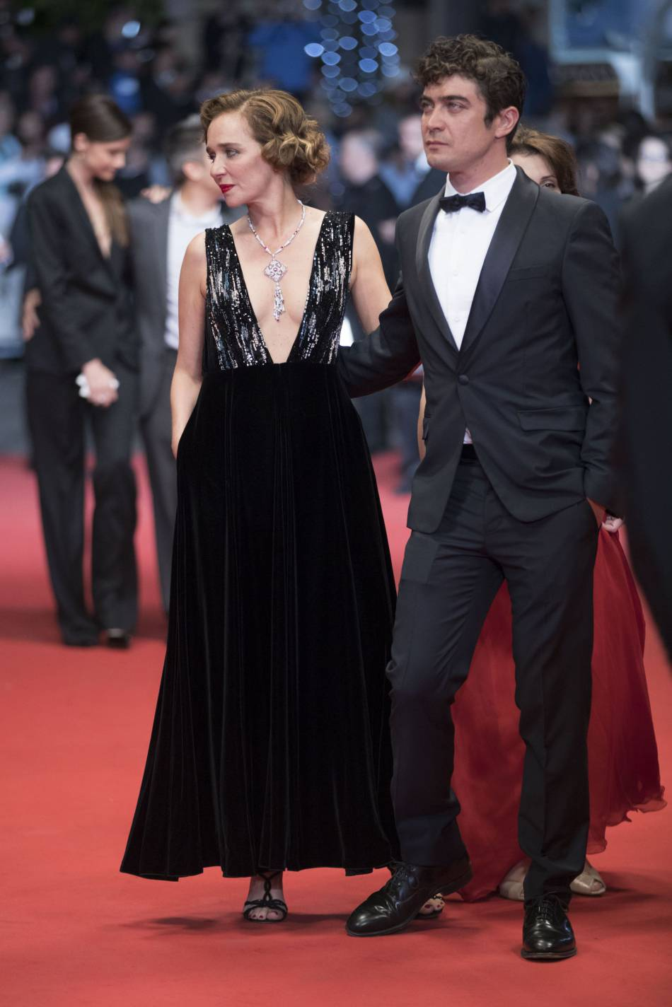 Valéria Golino affichait un décolleté terriblement chic dans une robe bi-matière.