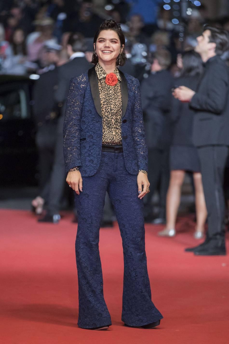 Soko a dévoilé toute son excentricité dans un ensemble pantalon et blazer en dentelle bleue et chemise léopard pour une allure résolument rock'n'roll.