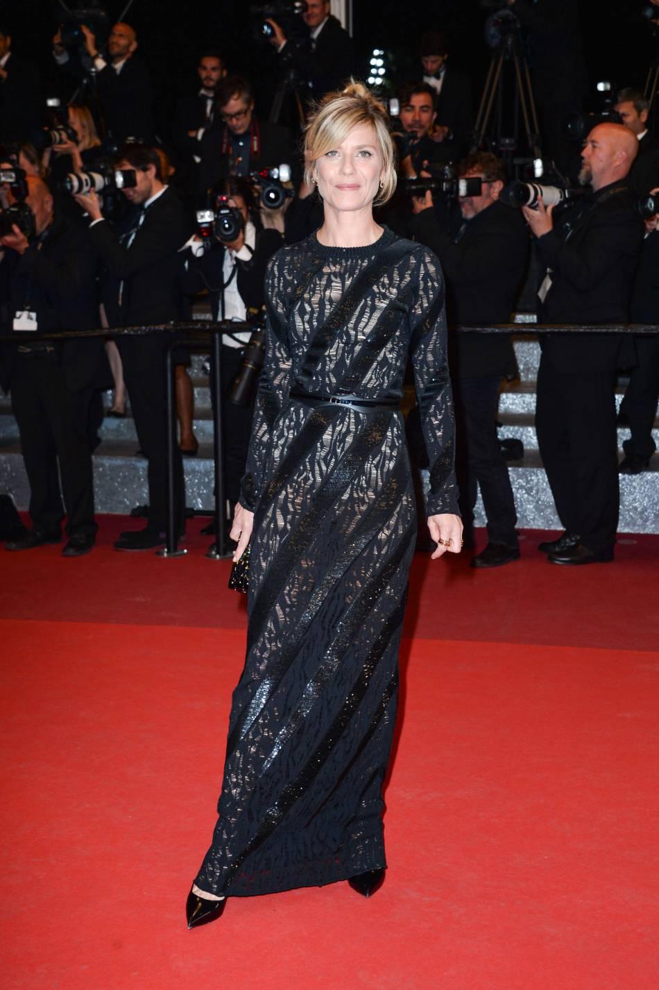 Marina Foïs opte pour l'élégance du total look noir et l'effet semi-transparent.