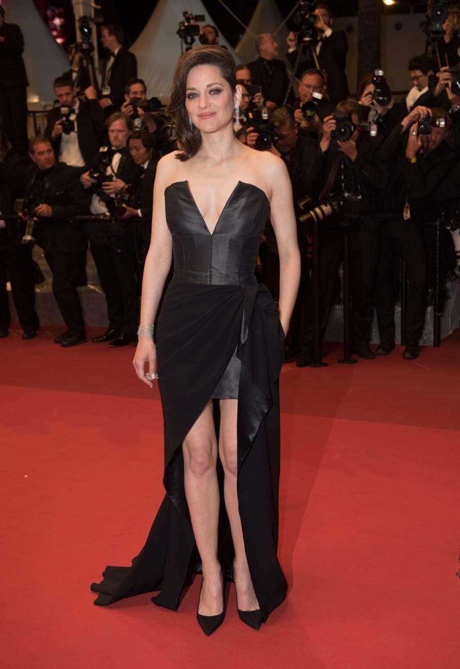 Marion Cotillard charme le tapis rouge dans un bustier Christian Dior.