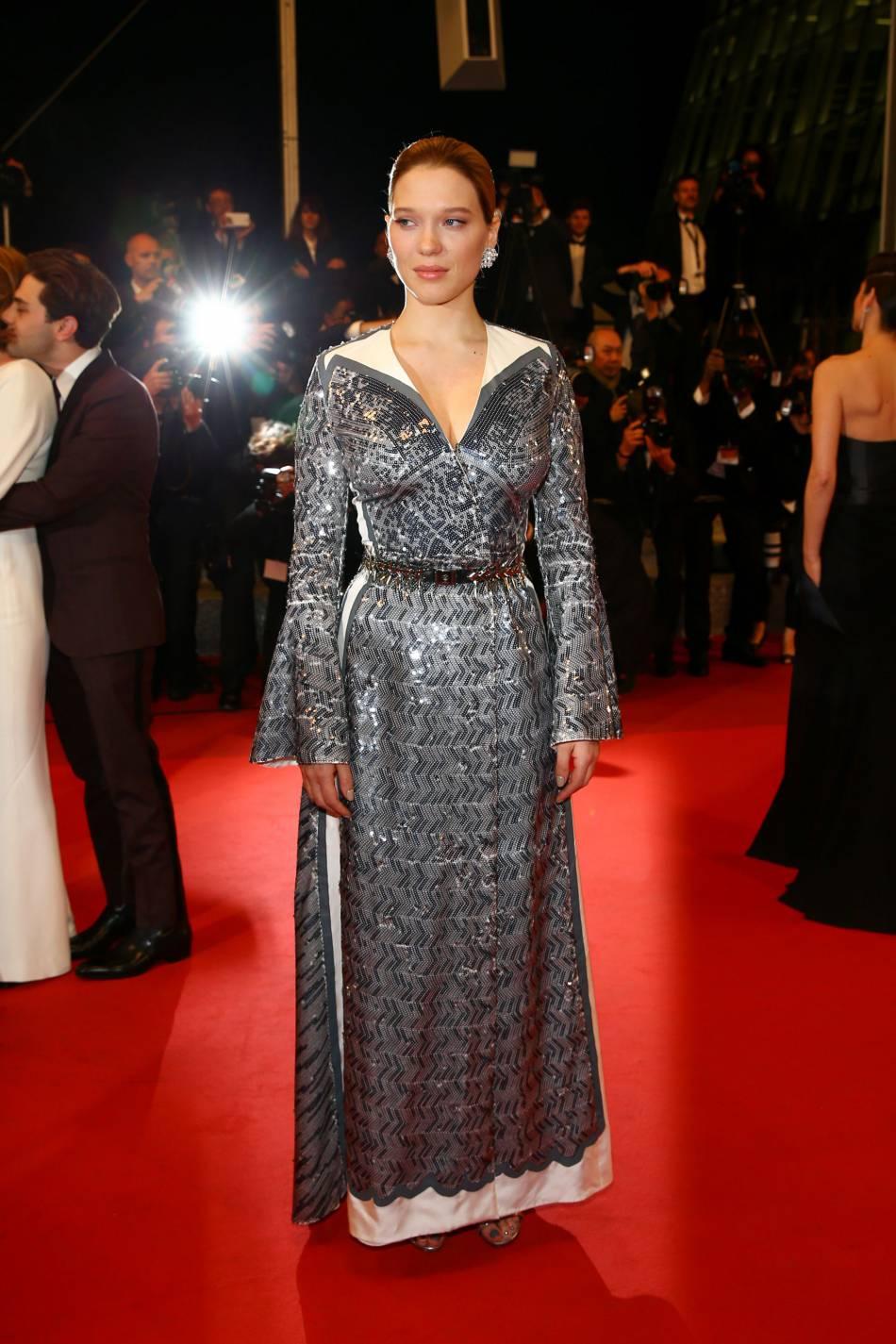 Léa Seydoux se dévoile audacieuse et chic dans une robe mystique Louis Vuitton.