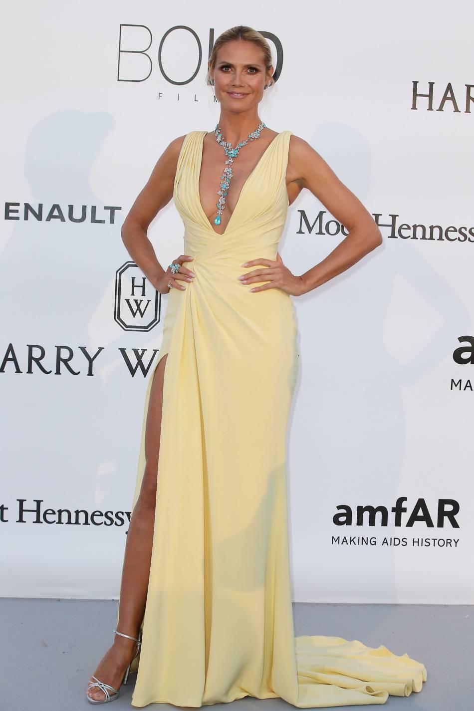 Heidi Klum en Atelier Versace, sandales Giuseppe Zanotti Design et bijoux Lorraine Schwartzau gala de l'amfAR Cinema against AIDS le 19 mai 2016 à Cannes.
