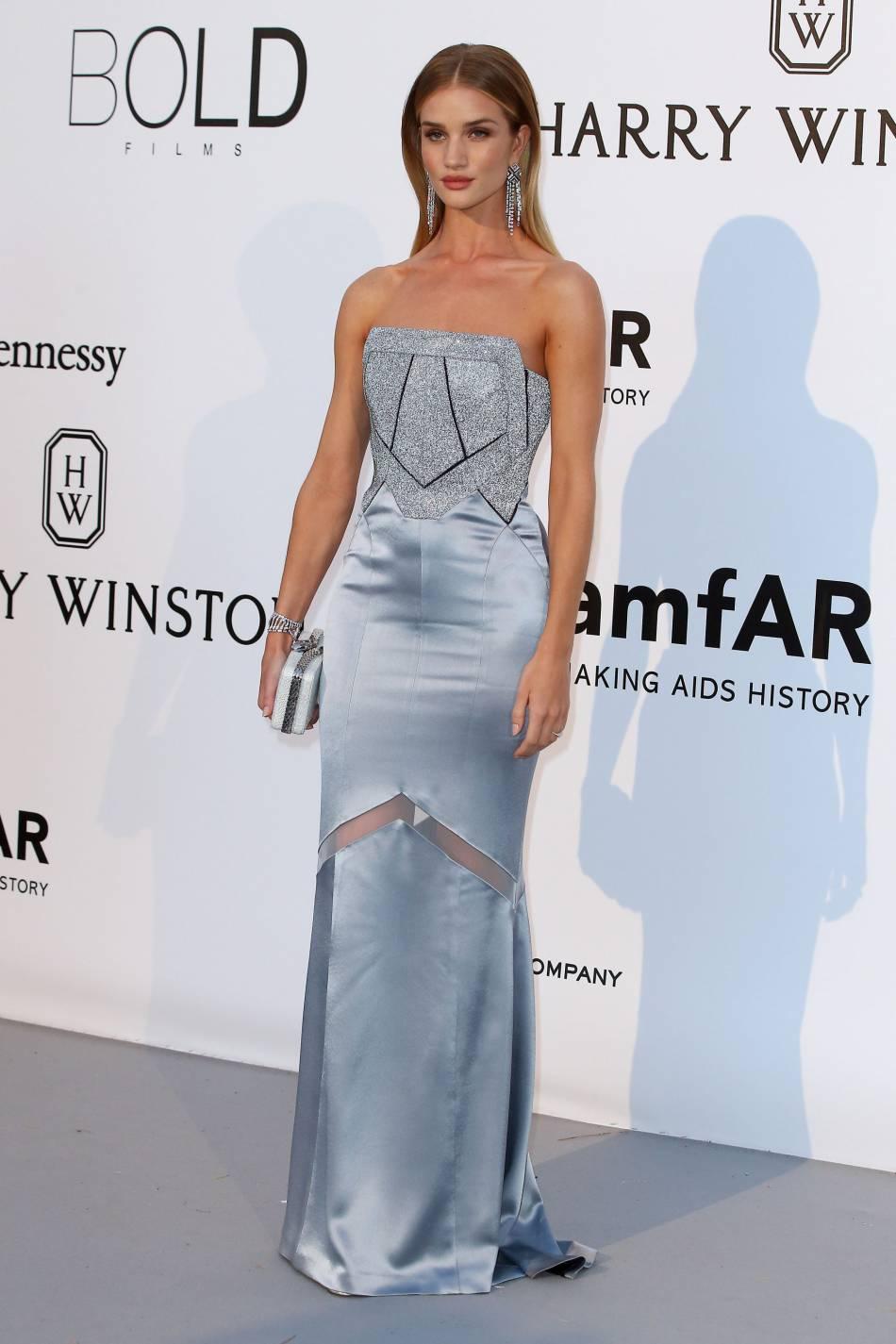 Rosie Huntington-Whiteley en Galvan London, pochette Bulgari et bijoux Chanel Joaillerieau gala de l'amfAR Cinema against AIDS le 19 mai 2016 à Cannes.