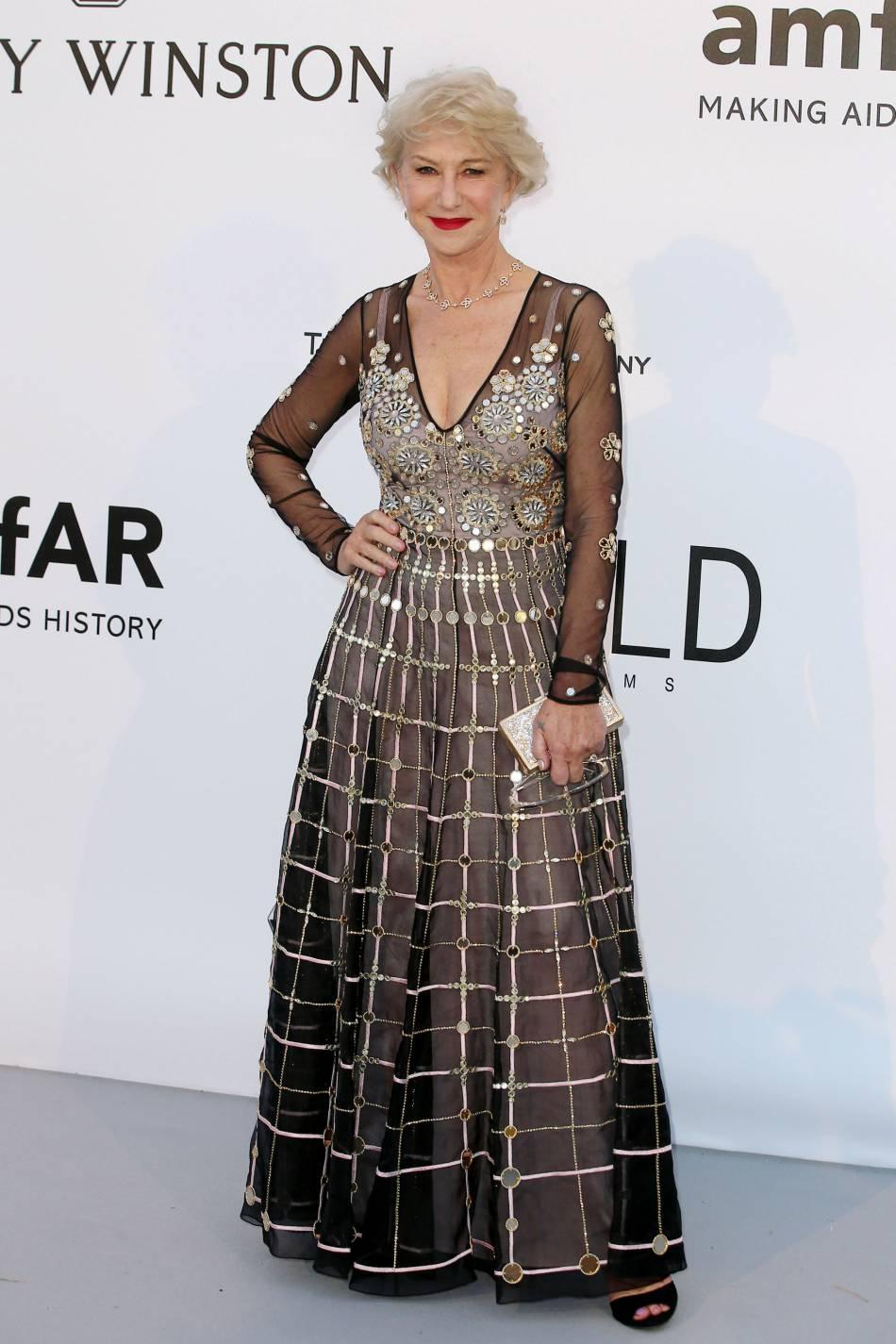 Helen Mirren en Temperley London, pochette Jimmy Choo et bijoux Harry Winston au gala de l'amfAR Cinema against AIDS le 19 mai 2016 à Cannes.