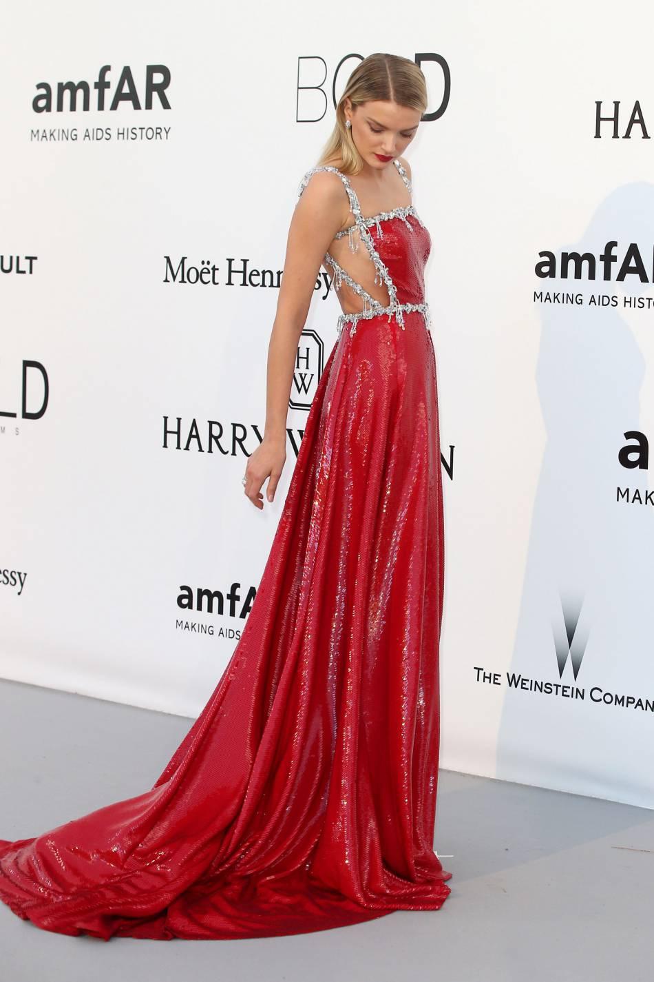 Lily Donaldson en Miu Miu, escarpins Guiseppe Zanotti Design et bijoux Bulgari au gala de l'amfAR Cinema against AIDS le 19 mai 2016 à Cannes.