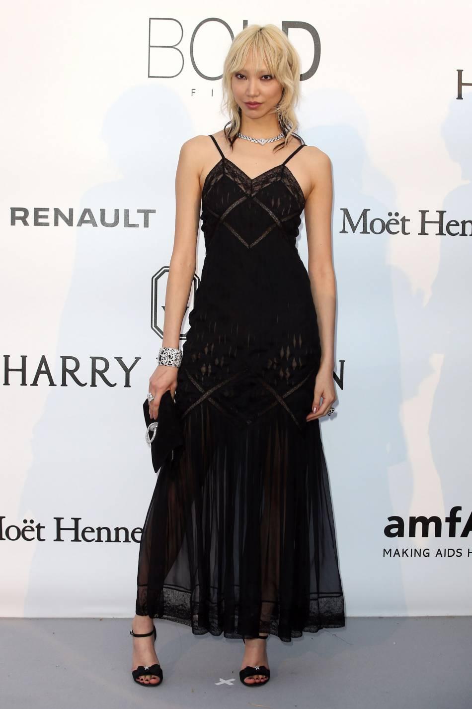 Soo Joo Park en Chanel et bijoux Chanel Joaillerie au gala de l'amfAR Cinema against AIDS le 19 mai 2016 à Cannes.