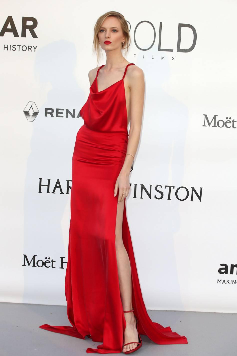 Daria Strokous en Maison Irfe Couture et bijoux Montblanc au gala de l'amfAR Cinema against AIDS le 19 mai 2016 à Cannes.