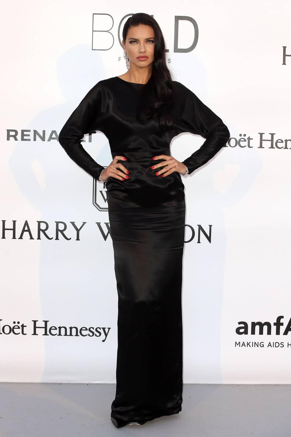 Adriana Lima en Alexander Terekhov au gala de l'amfAR Cinema against AIDS le 19 mai 2016 à Cannes.