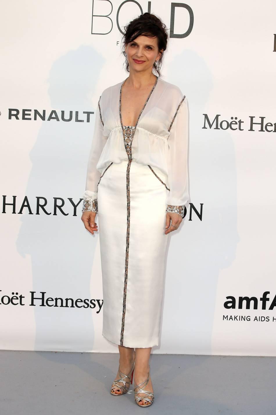 Juliette Binoche en Chanel au gala de l'amfAR Cinema against AIDS le 19 mai 2016 à Cannes.