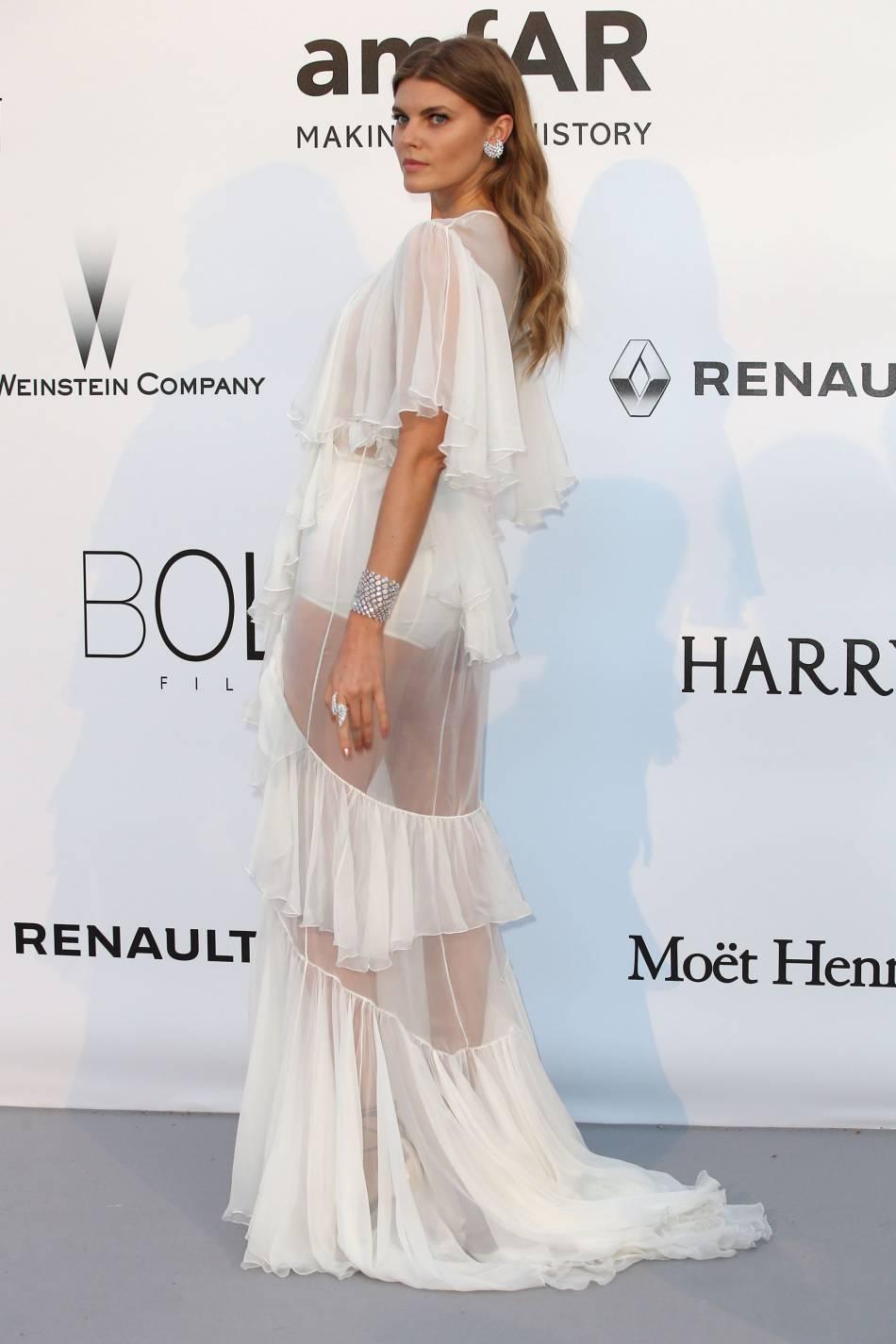Maryna Lynchuk en Francesco Scognamiglio et bijoux Messika au gala de l'amfAR Cinema against AIDS le 19 mai 2016 à Cannes.