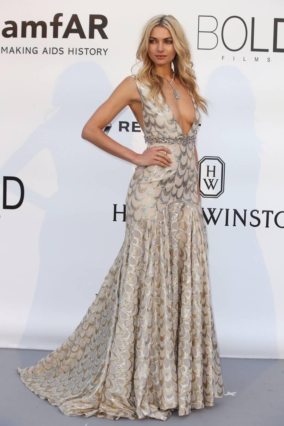 Jessica Hart en Miu Miu et bijoux Bulgari au gala de l'amfAR Cinema against AIDS le 19 mai 2016 à Cannes.