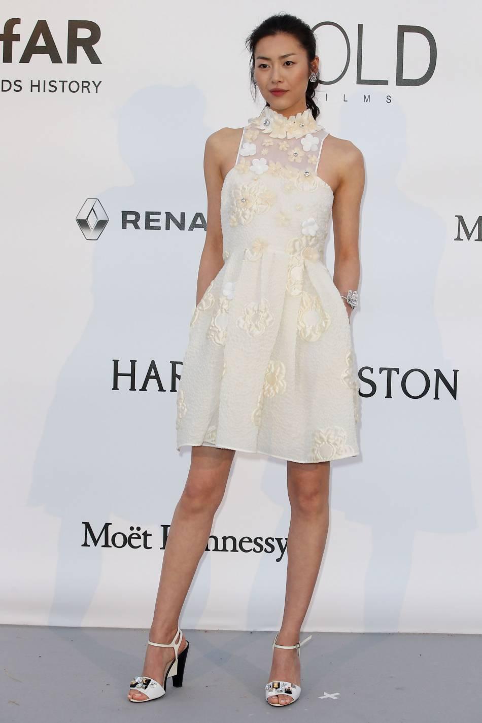 Liu Wen en Fendi et bijoux Boucheron au gala de l'amfAR Cinema against AIDS le 19 mai 2016 à Cannes.