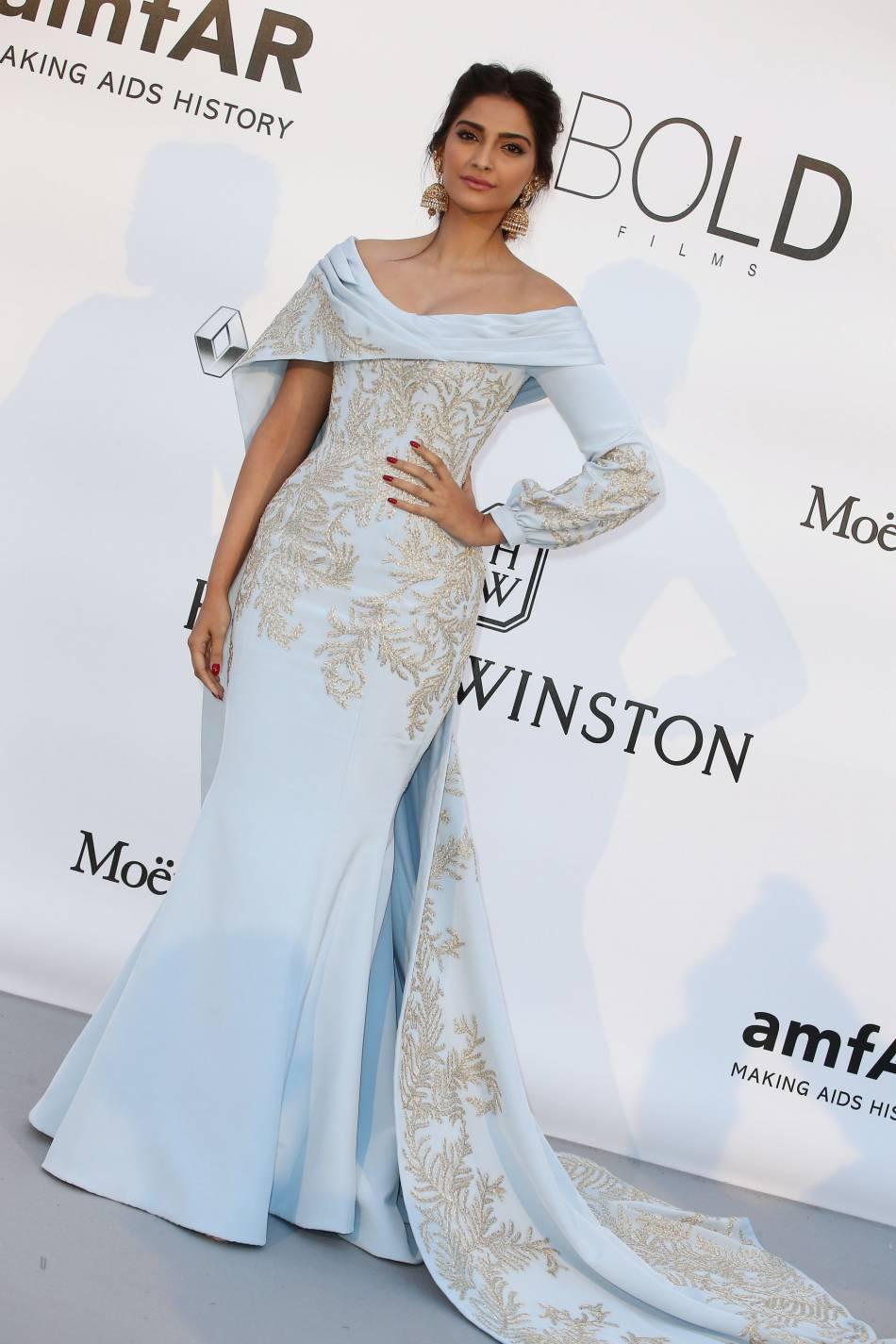 Sonam Kapoor au gala de l'amfAR Cinema against AIDS le 19 mai 2016 à Cannes.