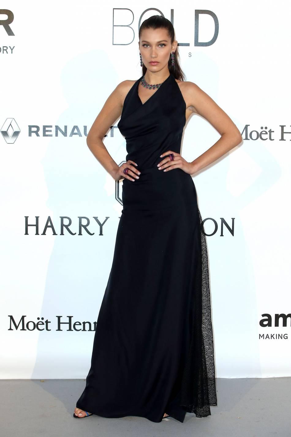 Bella Hadid en Dior et bijoux de Grisogono au gala de l'amfAR Cinema against AIDS le 19 mai 2016 à Cannes.