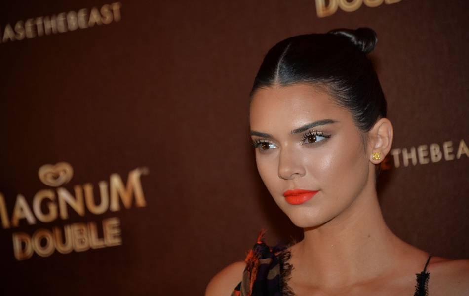 Kendall Jenner porte le chignon haut et plaqué comme celui d'une danseuse.