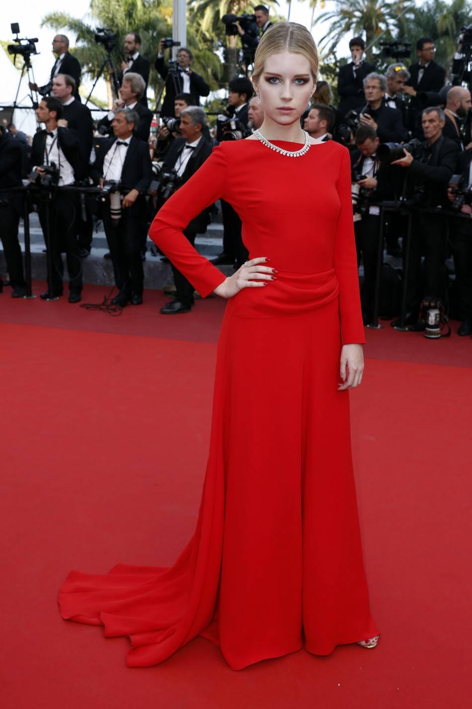 Lottie Moss montre qu'elle a déjà tout compris aux règles du tapis rouge en adoptant cette coiffure tendance.