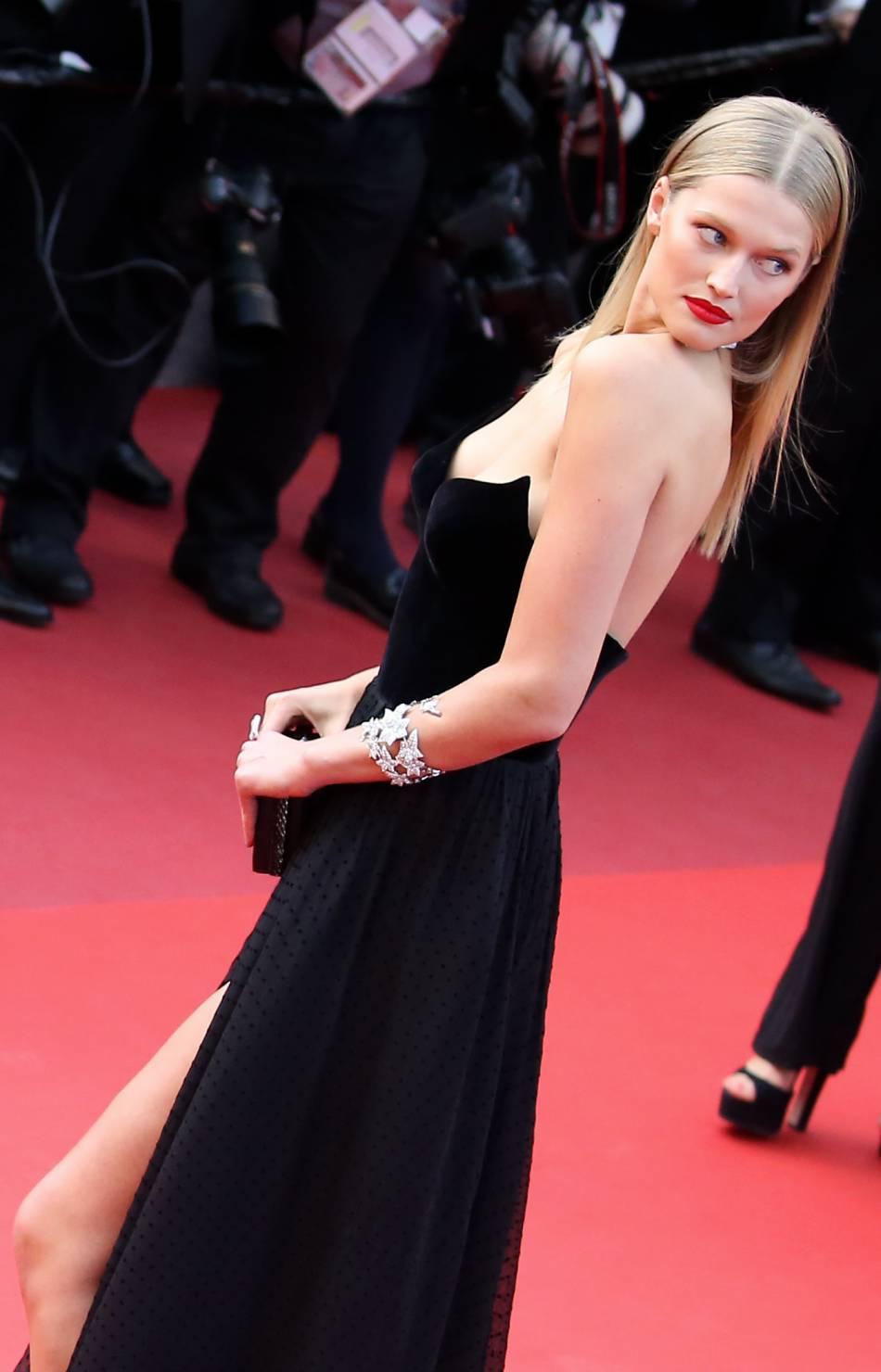 La mannequin Toni Garrn porte la raie au milieu et les cheveux plaqués à la perfection.
