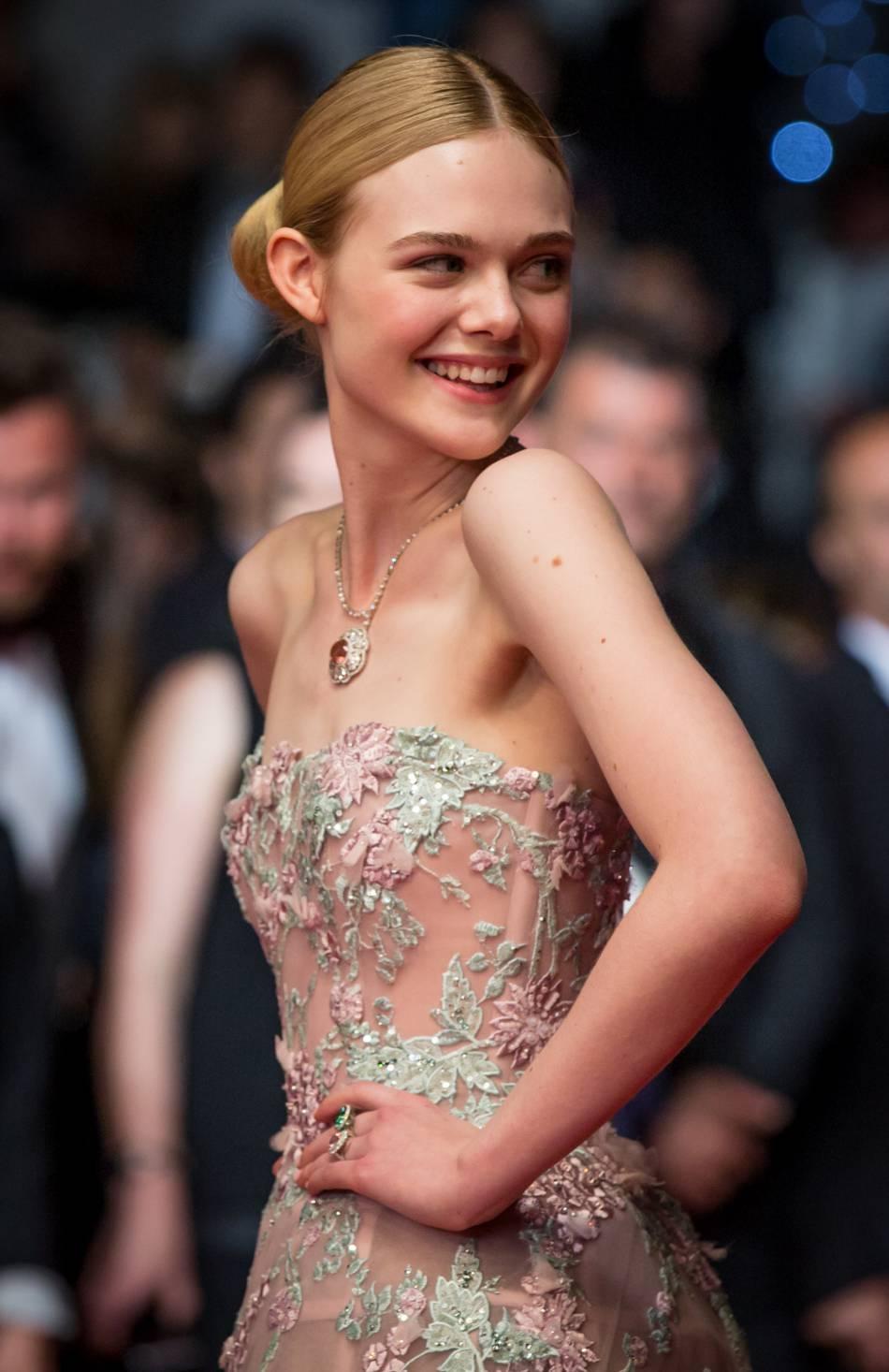 """Elle Fanning monte les marches pour """"The Neon Demon"""" vendredi 20 mai 2016 à Cannes."""